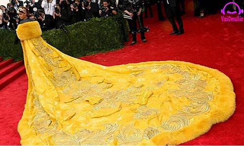 لباس ۲۵ کیلویی ریحانا در مراسم مت گالا ۲۰۱۵